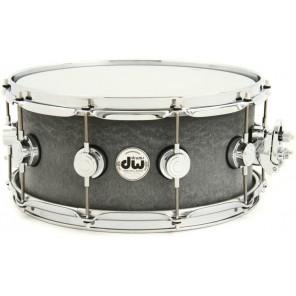 """dw collector's series dr 6514 metal snare Esta tarola de 6.5"""" x 14"""" tiene una fina carcasa de latón laminado de 1mm chapada con níquel negro de aspecto sigiloso"""