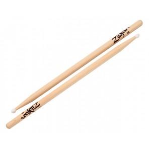 Zildjian 5ann drumstick Las Zildjian 5A Nylon Tip Hickory son baquetas de nogal de alta calidad, ideales para una variedad de estilos y géneros con un acabado natural La punta de nylon ovalada de tamaño completo le brinda un tono completo y larga vida Se